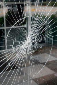 شکستن شیشه لمینت